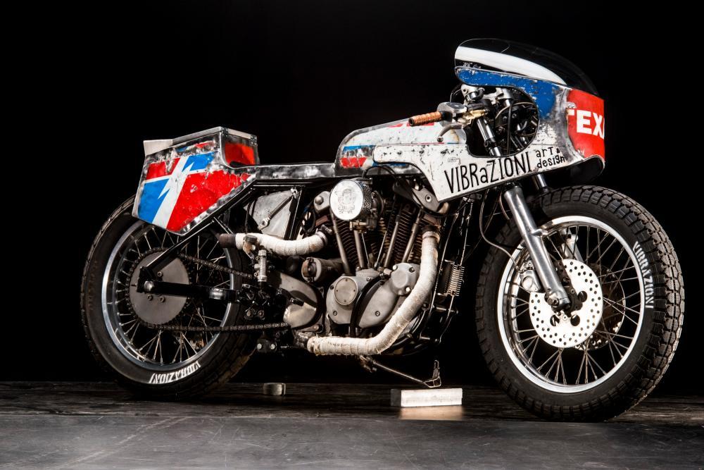 """La special """"110"""" su base Harley-Davidson by Vibrazioni Art Design. Come tutte le moto fatte a Massalombarda (RA), ha le sovrastrutture ricavate da vecchi bidoni di latta. (foto Callo Albanese)"""