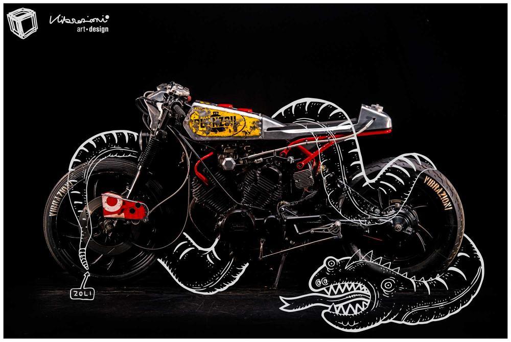"""Cartolina con soggetto la special """"Mezzolitro"""" di Vibrazioni Art Design (base Yamaha)"""