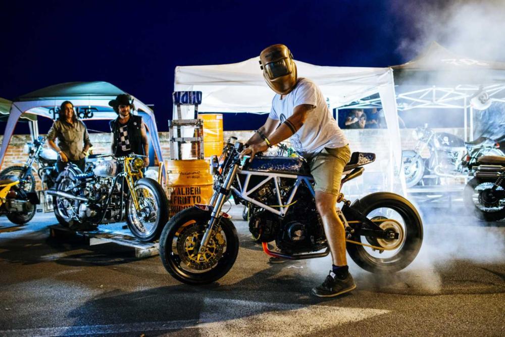 """Burn out conn la special """"Motarda"""" di Vibrazioni Art Design (base Ducati SS350)"""