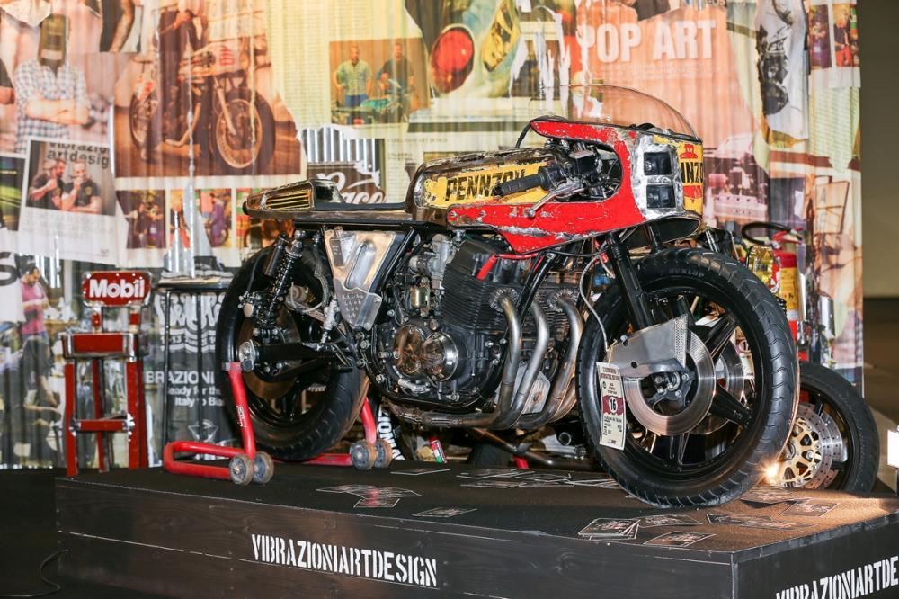 """La special """"Vibrazioni"""" su base Honda CB750SS (1979) by Vibrazioni Art Design. Come tutte le moto fatte a Massalombarda (RA), ha le sovrastrutture ricavate da vecchi bidoni di latta. Qui allo stand di eicma 2014"""
