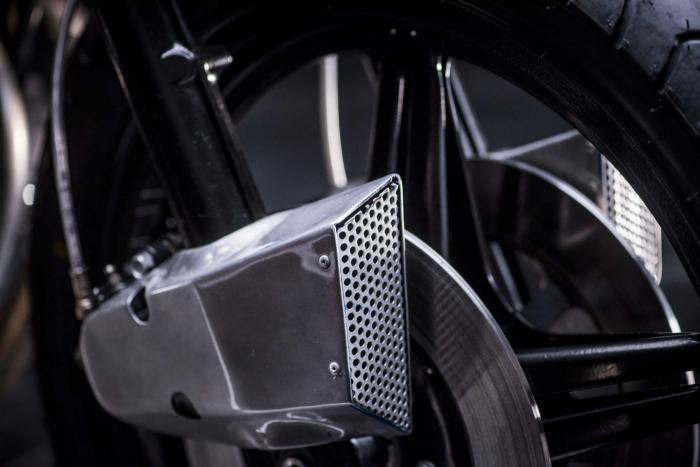 """Dettaglio della special """"Vibrazioni"""" su base Honda CB750SS (1979) by Vibrazioni Art Design. Come tutte le moto fatte a Massalombarda (RA), ha le sovrastrutture ricavate da vecchi bidoni di latta. La presa d'aria per i freni è in alluminio. L'impianto frenante utilizza dischi e pinze originali, ma modificate con componentistica Brembo, che offre anche la pompa anteriore. (foto Callo Albanese)"""