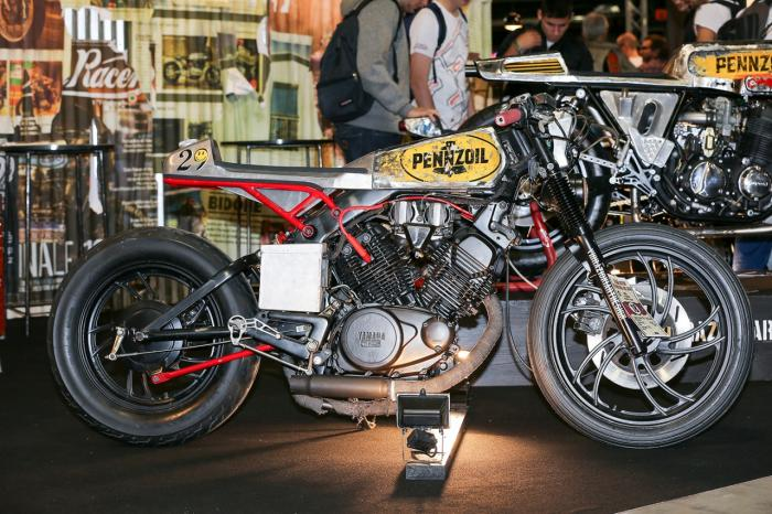 """La special """"Mezzolitro"""" su base Yamaha by Vibrazioni Art Design. Come tutte le moto fatte a Massalombarda (RA), ha le sovrastrutture ricavate da vecchi bidoni di latta. Qui a Eicma 2014"""