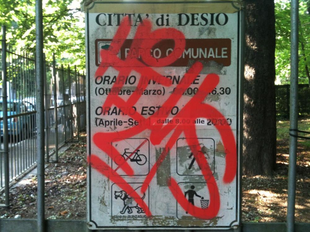 Molte volte i cartelli stradali sono illeggibili a causa di atti di vandalismo