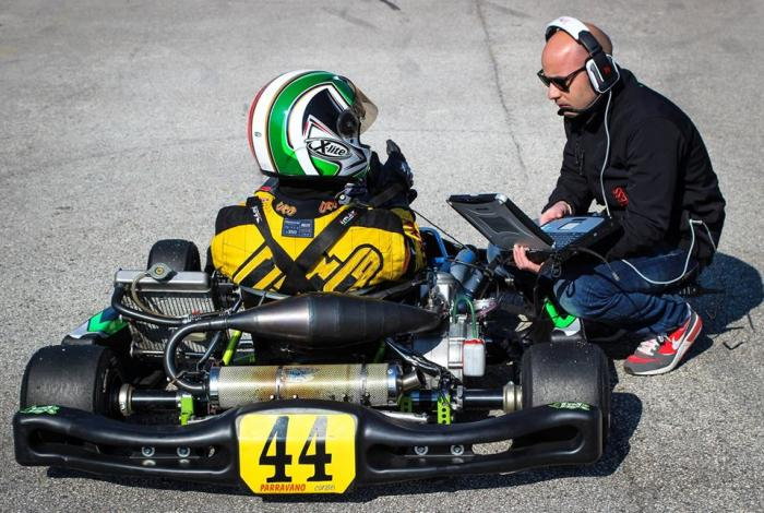 Andrea Saccucci (responsabile tecnico di Officine in progress) alle prese con i dati del kart di Daniele Parravano (pilota del Team Parravano corse)