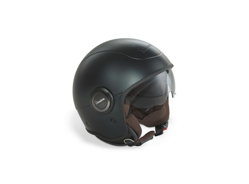 Vespa 946 Emporio Armani: 10.150 euro chiavi in mano. Il casco dedicato
