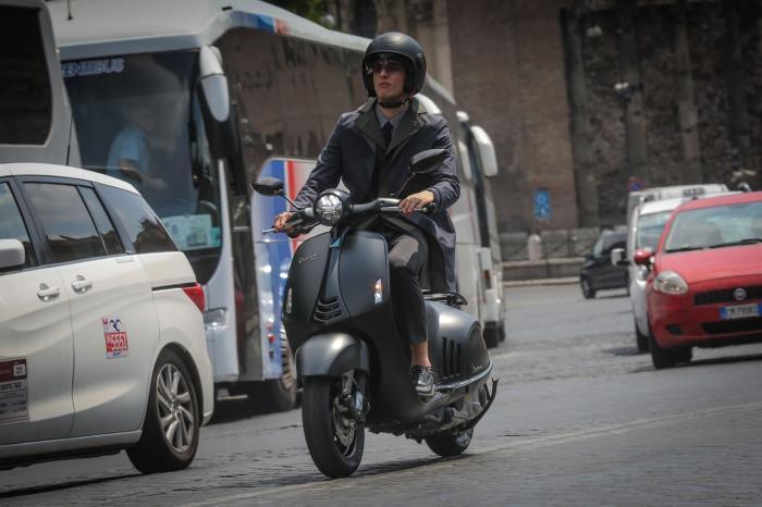 Vespa 946 Emporio Armani: 10.150 euro chiavi in mano. In azione a Roma