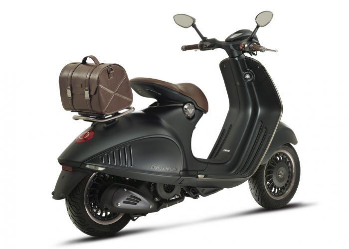 Vespa 946 Emporio Armani: 10.150 euro chiavi in mano. Qui lo scooter equipaggiato col... bauletto