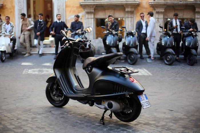 Vespa 946 Emporio Armani: il look è molto elegante