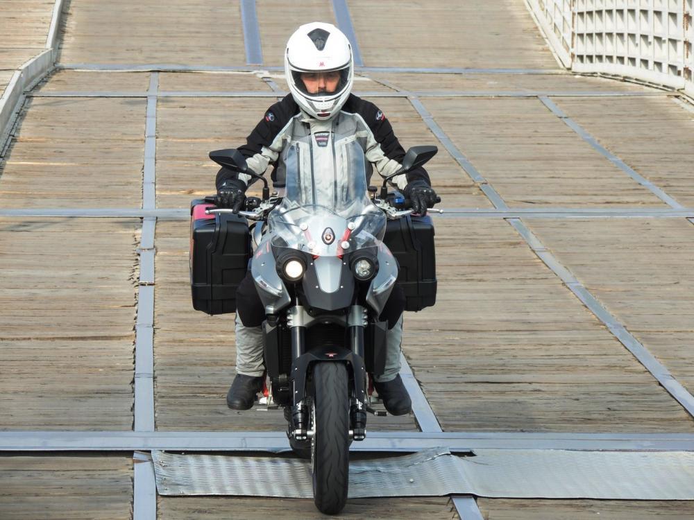 """Moto Morini Granpasso R: novità 2016 (cerchi in lega con anteriore da 17""""). La moto fotografata con equipaggiamento da viaggio. Colorazione argento con telaio rosso (ma c'è anche rossa con cerchi grigi e telaio nero o nel colore preferito dal cliente: Moto Morini gliela fa """"su misura"""")"""