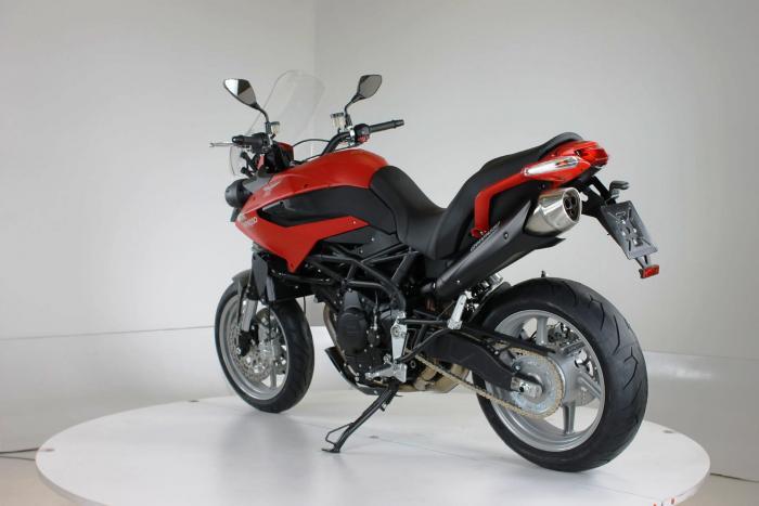 """Moto Morini Granpasso R: novità 2016 (cerchi in lega con anteriore da 17""""). Tinta in rosso, c'è anche argento con telaio rosso e cerchi neri o nel colore preferito dal cliente: Moto Morini gliela fa """"su misura"""""""
