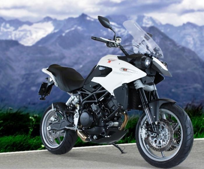 """Moto Morini Granpasso R: novità 2016 (cerchi in lega con anteriore da 17""""). In bianco, c'è anche nel colore preferito dal cliente: Moto Morini gliela fa """"su misura"""""""