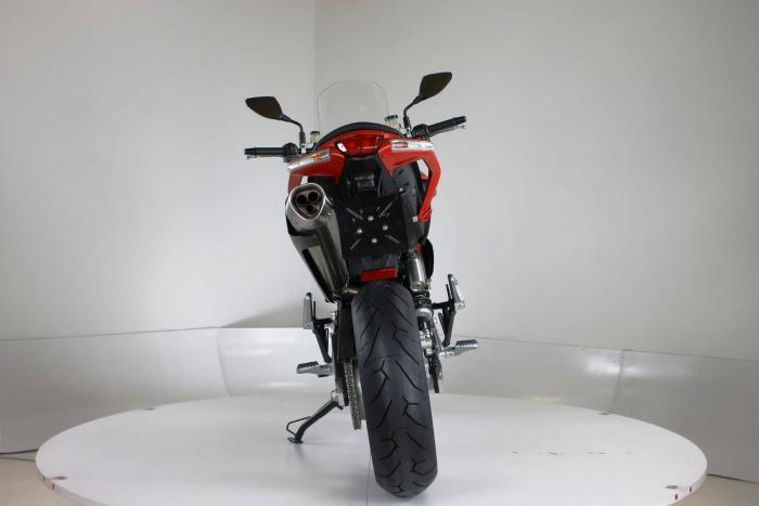 """Moto Morini Granpasso R: novità 2016 (cerchi in lega, anteriore da 17""""). Colorazione in rosso, c'è anche argento con telaio rosso e cerchi neri o nel colore preferito dal cliente: Moto Morini gliela fa """"su misura"""""""