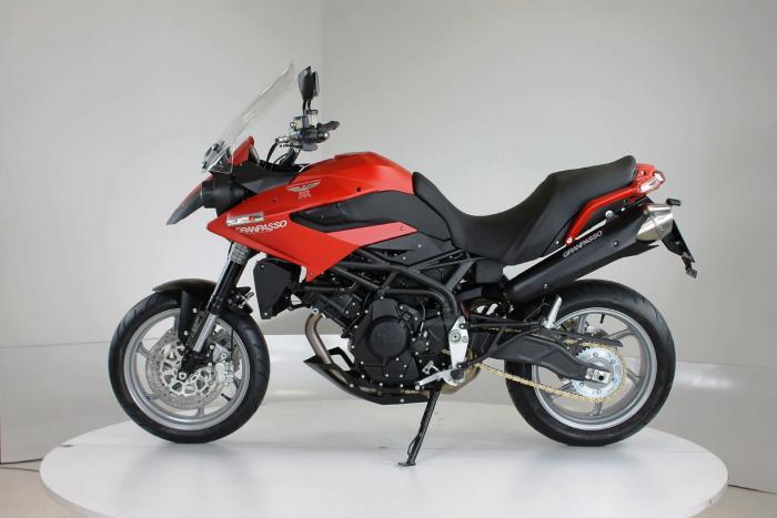 """Moto Morini Granpasso R: novità 2016 (cerchi in lega con anteriore da 17""""). In rosso, c'è anche argento con telaio rosso e cerchi neri o nel colore preferito dal cliente: Moto Morini gliela fa """"su misura"""""""