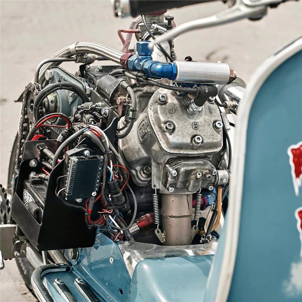 Vespa modificata, special con motore Husqvarna 360 cc: Ten Inch Terror. Il motore è di una WR360 2T anni Novanta, montato in posizione centrale e inclinato di 45° per dare al mezzo  bilanciamento e manovrabilità