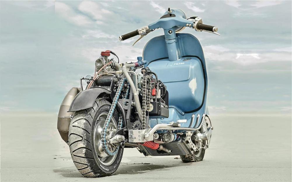 Vespa modificata, special con motore Husqvarna 360 cc: Ten Inch Terror. Il motore è di una WR360 2T anni Novanta, montato in posizione centrale e inclinato di 45° per dare al mezzo  bilanciamento e manovrabilità. Trasmissione a catena, ovviamente, la seconda catena è per l'avviamento
