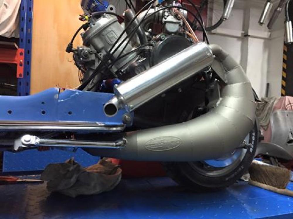 Vespa modificata, special con motore Husqvarna 360 cc: Ten Inch Terror. Il motore è di una WR360 2T anni Novanta, qui durante una fase della lavorazione