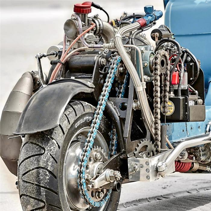 Vespa modificata, special con motore Husqvarna 360 cc: Ten Inch Terror. Sotto il vestito metallico c'è il motore di una WR360 2T anni Novanta, montato in posizione centrale e inclinato di 45° per dare al mezzo migliore bilanciamento e manovrabilità. Trasmissione a catena, ovviamente