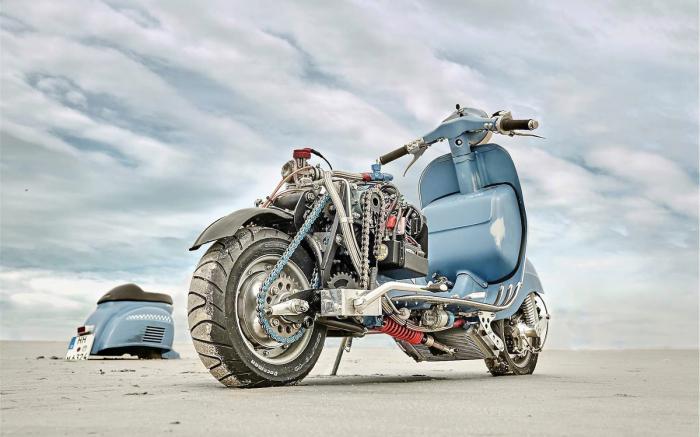 Vespa modificata, special con motore Husqvarna 360 cc: Ten Inch Terror. 55 CV, sospensione posteriore completamente riprogettata con forcellone Yamaha XS400 adattato e monoammortizzatore montato orizzontalmente sotto la pancia dello scooter