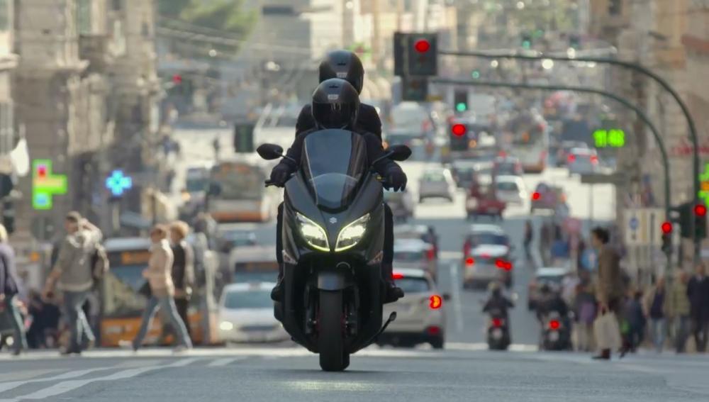 Suzuki Burgman 400 2017 in azione nel traffico cittadino