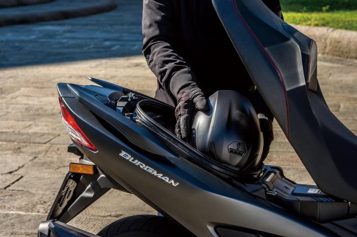 Il vano sottosella del Suzuki Burgman 400 2017