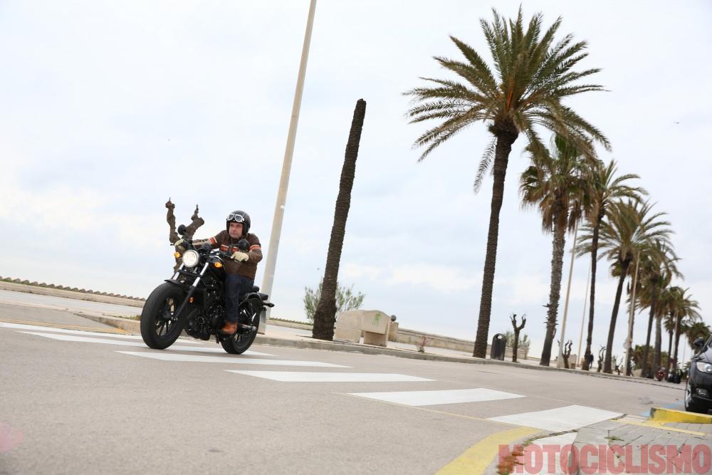 Il tester di Motociclismo, Riccardo Capacchione, prova la Honda CMX500 Rebel a Barcellona. Il motore ha più tiro in basso di quanto ci si aspetterebbe da un bicilindrico parallelo
