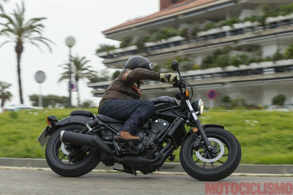 Il tester di Motociclismo, Riccardo Capacchione, prova la Honda CMX500 Rebel a Barcellona. Posizione di guida strana, col manubrio avanzato e le pedane arretrate