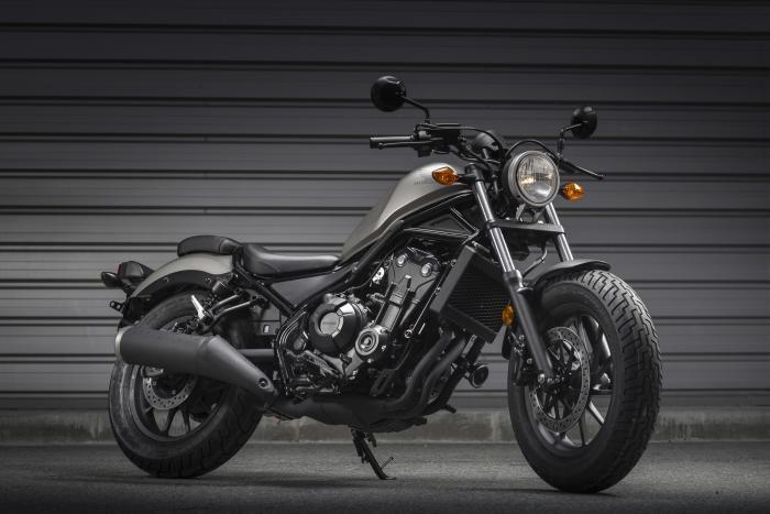 Honda CMX500 Rebel 2017 in grigio (disponibile anche in nero). Rispettata in toto la personalità bobber, con ruota panciuta, sella bassa e look minimalista