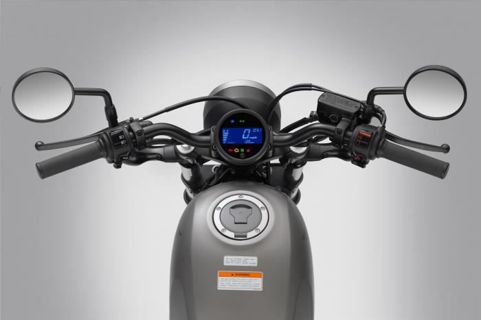 La strumentazione della Honda CMX500 Rebel 2017 è composta da un singolo display LCD retroilluminato in blu