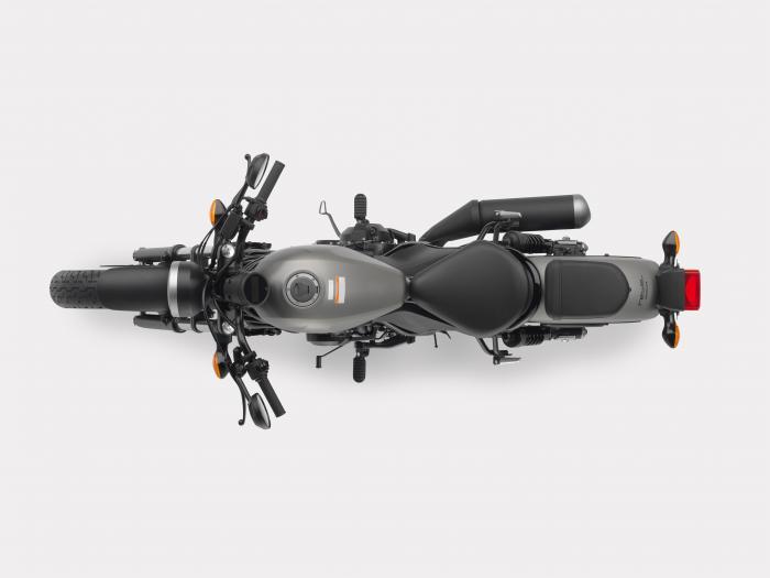 Vista dall'alto della Honda CMX500 Rebel 2017 nella livrea Mat Armored Silver Metallic