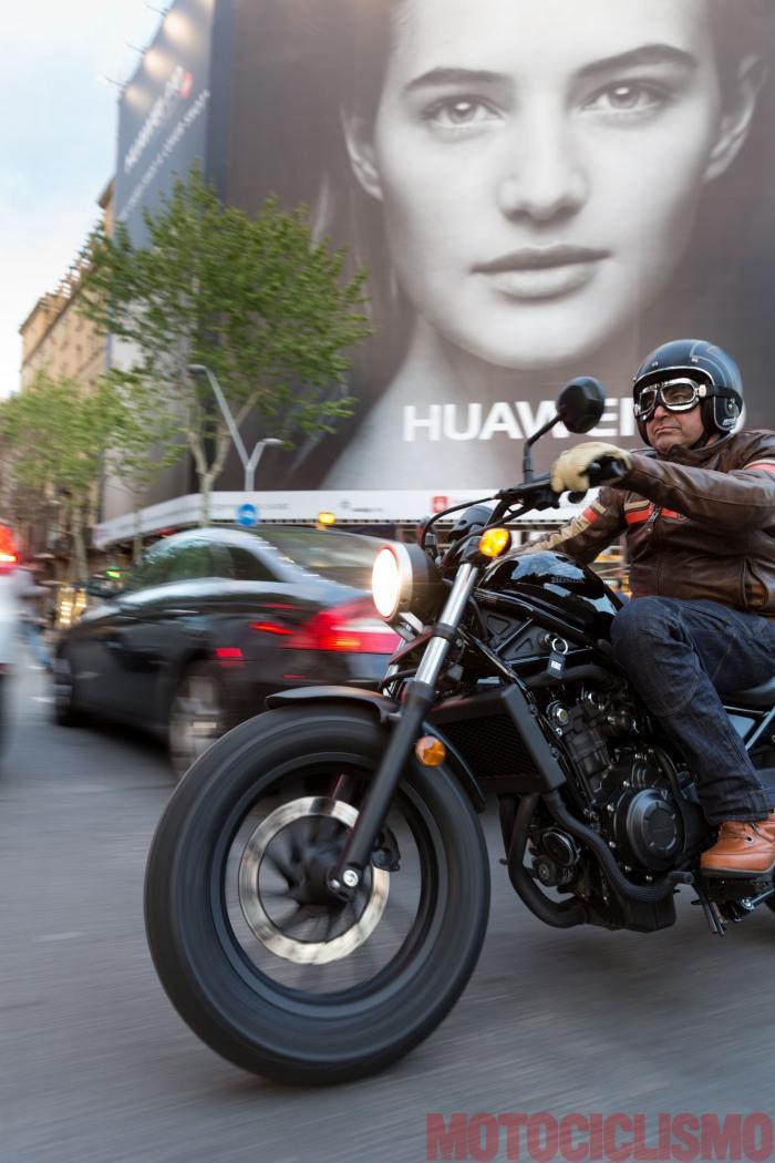 Il tester di Motociclismo, Riccardo Capacchione, prova la Honda CMX500 Rebel a Barcellona