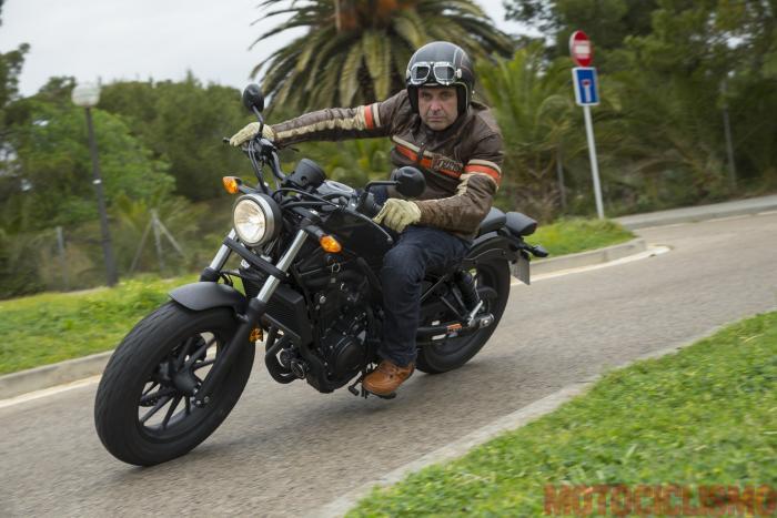 Il tester di Motociclismo, Riccardo Capacchione, prova la Honda CMX500 Rebel a Barcellona. La verve del motore e la confidenza data dalla ciclistica inviterebbero anche alla guida allegra, ma le pedane toccano subito
