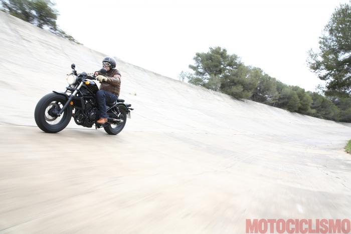 Il tester di Motociclismo, Riccardo Capacchione, prova la Honda CMX500 Rebel sulla sopraelevata del circuito di Terramar a Sitges (Catalunya, 40 km a sud di Barcellona)