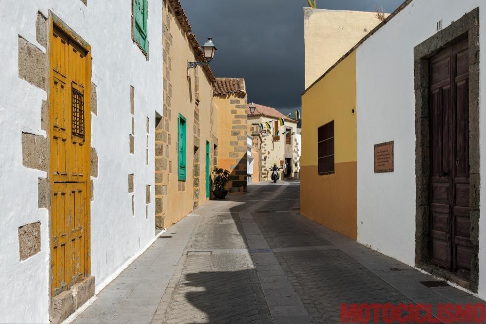 Viaggio in moto in Spagna: a Gran Canaria con la Ducati XDiavel. Agüimes, spesso trascurata dai turisti, è tra le cittadine più graziose. Il centro storico è perfettamente restaurato (casette color pastello dal tetto basso, punteggiate di pietre e con balconi coperti in legno