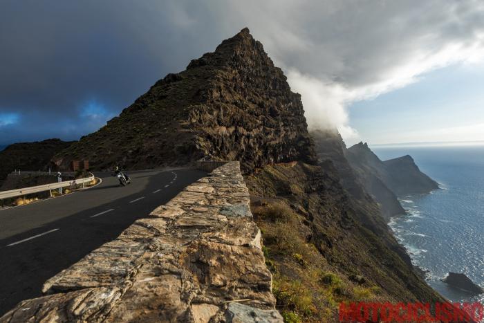 Viaggio in moto in Spagna: a Gran Canaria con la Ducati XDiavel. La litoranea GC-200 è sospesa sulla costa e regala visioni uniche