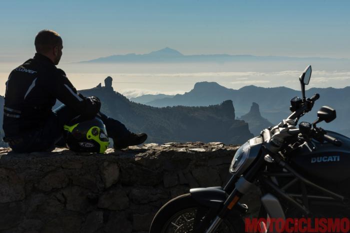 Viaggio in moto in Spagna: a Gran Canaria con la Ducati XDiavel. Vista sul Roque Nublo, simbolo di Gran Canaria; sullo sfondo si vede il Teide, il vulcano di Tenerife (3.718 metri, la cima più alta di Spagna)