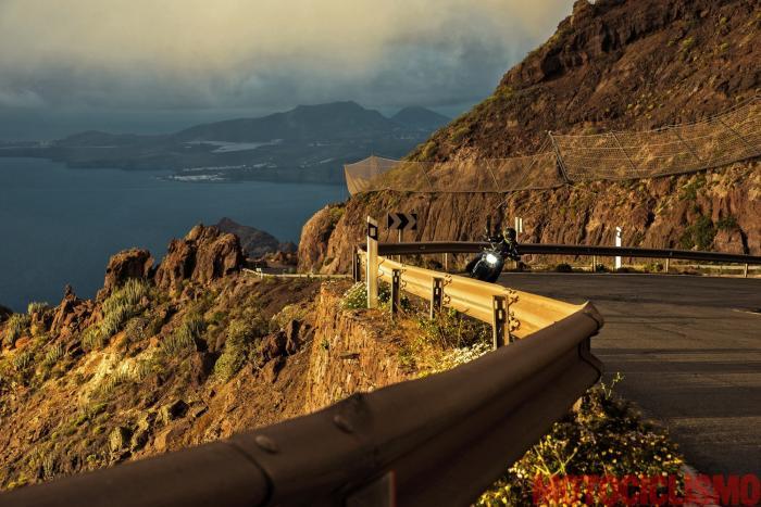 Viaggio in moto in Spagna: a Gran Canaria con la Ducati XDiavel. La litoranea GC-200 e, sullo sfondo, Puerto de Las Nieves. La GC-200 è sospesa sulla costa e regala visioni uniche