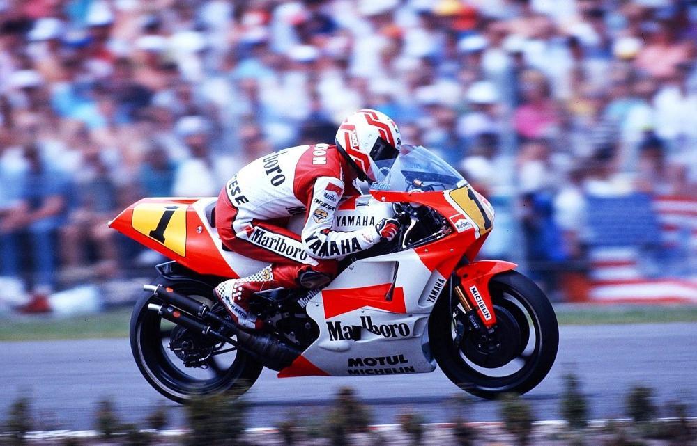 Nel 1990, Eddie Lawson torna in Yamaha dopo un anno alla Honda. Ritrova Kenny Roberts, ma come team manager