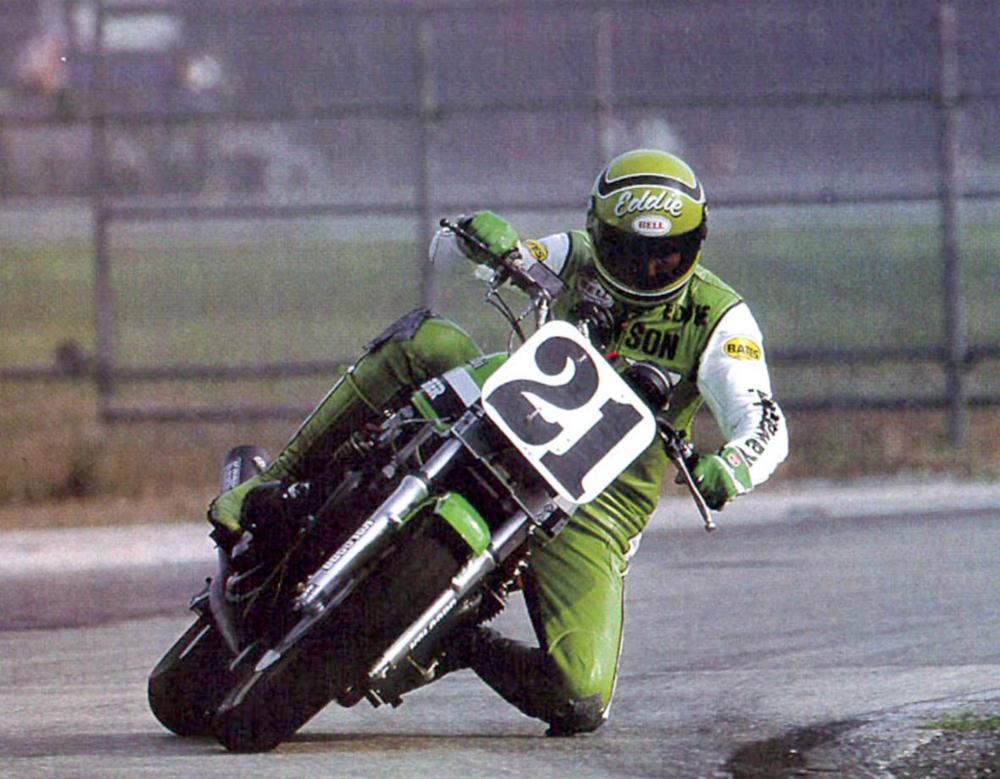 Eddie Lawson firma con Kawasaki nel 1975 per disputare il campionato AMA SBK e 250 GP. Con la Casa di Akashi, Eddie vince due titoli SBK e altrettanti Campionati americani 250