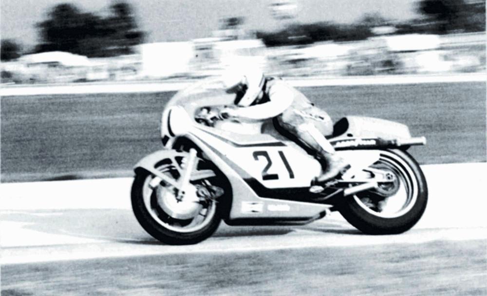 Eddie Lawson in sella alla Kawasaki KR500 4 cilindri, usata in una prova del Campionato AMA F1 1982, dove corrono assieme SBK e mezzo litro da GP