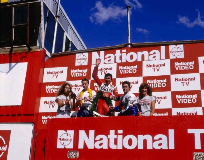 Eddie Lawson in Sud Africa nel 1985, quando batte Spencer (che però a fine anno vincerà due titoli mondiali, quello della 250 e quello della 500) e Wayne Gardner