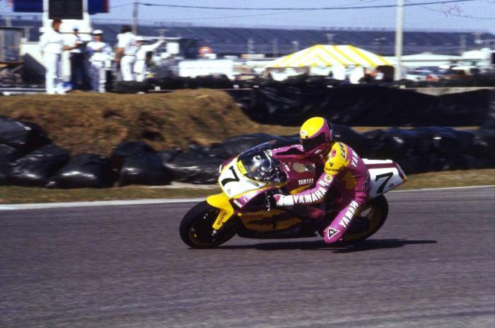 Eddie Lawson alla 200 Miglia di Daytona 1993, corsa con la Yamaha FZR750 e vinta, davanti a Russel e Duhamel