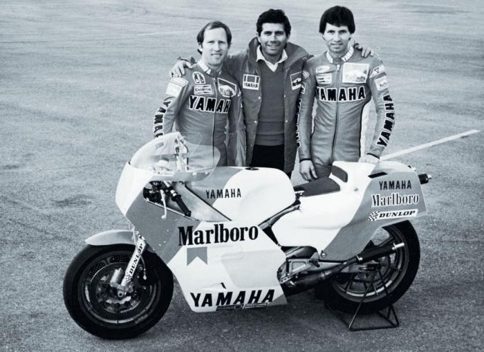 Eddie Lawson debutta in pianta stabile nel Motomondiale nel 1983, sulla Yamaha del team Agostini e con Kenny Roberts come compagno di squadra.