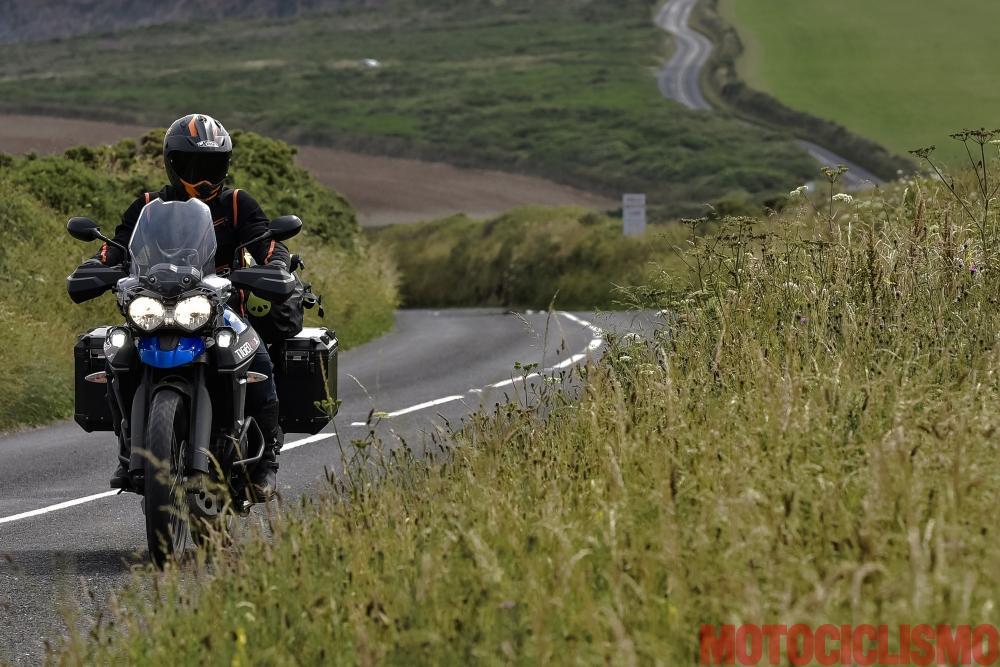 Viaggio in moto in Cornovaglia. Nella penisola di Roseland ci troviamo a guidare in un paradiso verde e ondulato, dove le strade (a volte strettissime) s'infilano in siepi alte