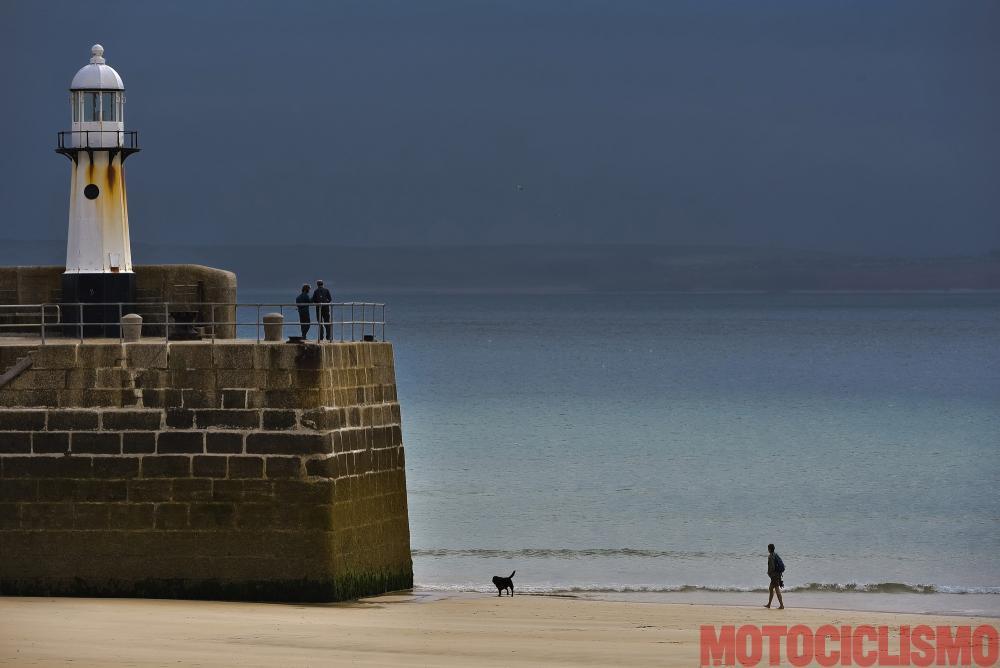 Viaggio in moto in Cornovaglia. A St. Ives la bassa marea offre romantiche passeggiate sulla spiaggia. Nel 2007 il The Guardian nominò St. Ives migliore località costiera dell'Inghilterra.