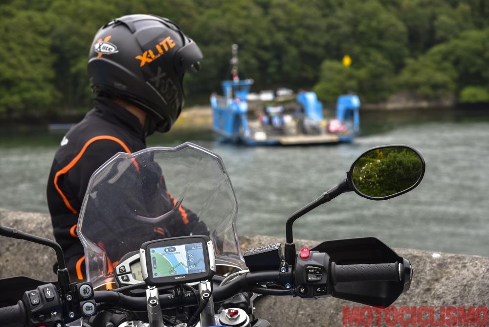 Viaggio in moto in Cornovaglia. All'altezza di Carnon Downs svoltiamo sulla B3289, immersa in faggete infinite, e attraversiamo il fiume Fal caricando le moto su un traghetto a catena