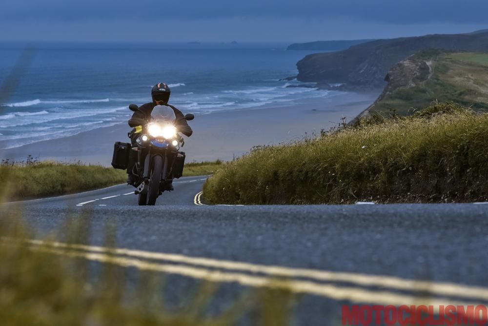 Viaggio in moto in Cornovaglia. Verso sud, la Coast Road si srotola tra curve e insenature, in un paesaggio di bellezza selvaggia tra scogliere e piccole baie