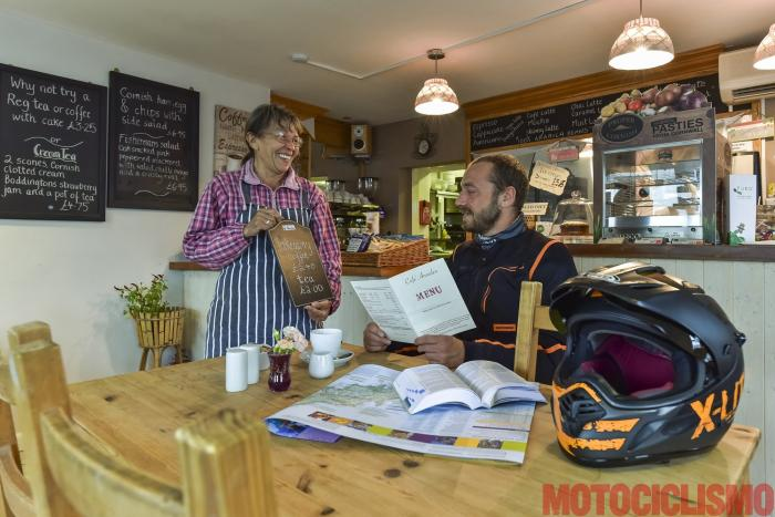 Viaggio in moto in Cornovaglia. Al Cafe Anniden di Tintagel gustiamo torte tipiche fatte in casa
