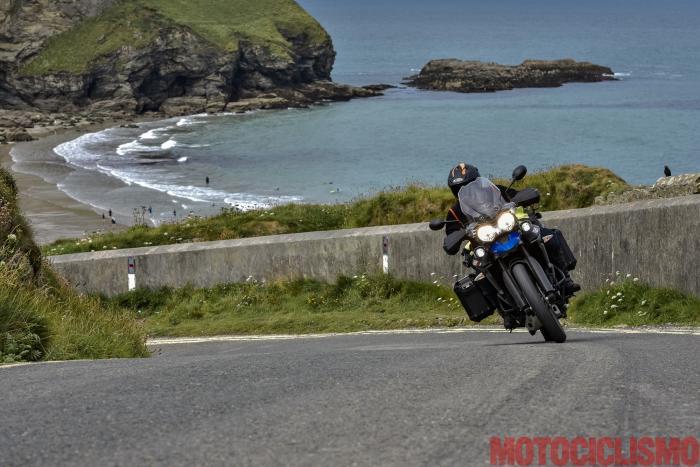 Viaggio in moto in Cornovaglia. Con la Triumph Tiger 800 XCx sulla la strada che affianca la Godrevy Portreath Heritage Coast, un continuo saliscendi sospeso tra le scogliere, l'erba verdissima e l'oceano