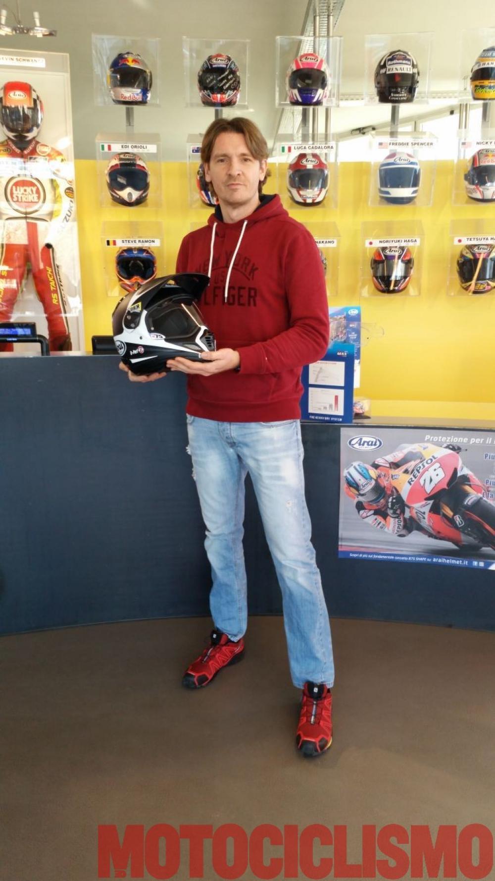 Francesco Catanese nello showroom di Arai intento a provare il casco che userà in Cile