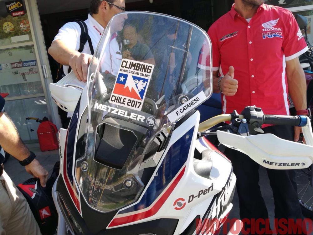 """La """"Scalata dei record"""" è un'impresa alla caccia di tre record di """"motociclismo in altura"""" tentata da un team di cui fa parte il nostro tester, Francesco Catanese. La moto usata è una Honda Africa Twin, il luogo è il Nevado Ojos de Salado, il vulcano attivo più alto del mondo (6.890 m)"""